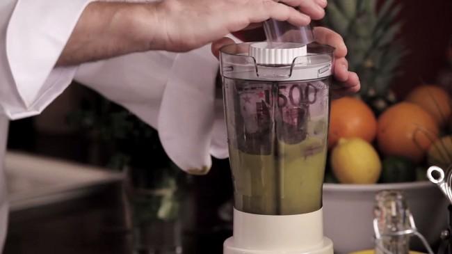 Das Geld kommt mit etwas Olivenöl in den Mixer